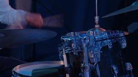Ο τυμπανιστής στη συναυλία για την εξάρτηση τυμπάνων απόθεμα βίντεο