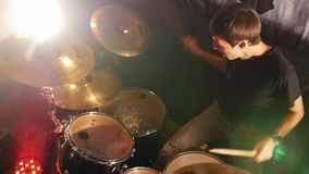 Ο τυμπανιστής τελειώνει το μέρος του στην απόδοση της ορχήστρας ροκ φιλμ μικρού μήκους