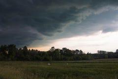 ο τυφώνας κλείνει τον ουρανό με τα μαύρα σύννεφα Στοκ Εικόνα