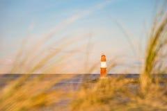 Ο τυφλοπόντικας σε Warnemuende με τη χλόη αμμόλοφων Στοκ Φωτογραφίες