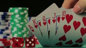 Ο τυχερός παίκτης πόκερ πιάνει βασιλικό επίπεδο, το επιτυχές πρόσωπο κερδίζει ένα παιχνίδι, POV απόθεμα βίντεο