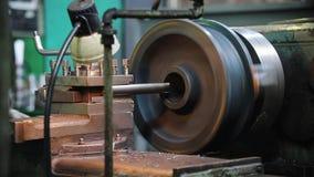 Ο τόρνος αρχίζει την εργασία του Στροφή ράβδων μετάλλων απόθεμα βίντεο