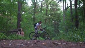 Ο τύπος έρχεται να πάρει το ποδήλατο και πηγαίνει στην απόσταση απόθεμα βίντεο