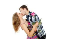 Ο τύπος αγκαλιάζει ένα κορίτσι με αυξήθηκε Στοκ εικόνες με δικαίωμα ελεύθερης χρήσης