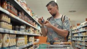 Ο τύπος αγοράζει τα τρόφιμα για το σπίτι απόθεμα βίντεο