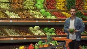 Ο τύπος αγοράζει το λάχανο napa στην υπεραγορά απόθεμα βίντεο