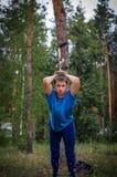 Ο τύπος ασκεί με το TRX Στοκ Εικόνα
