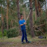 Ο τύπος ασκεί με το TRX Στοκ φωτογραφίες με δικαίωμα ελεύθερης χρήσης