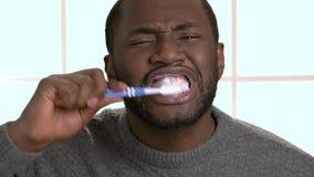 Ο τύπος αφροαμερικάνων καθαρίζει τα δόντια φιλμ μικρού μήκους