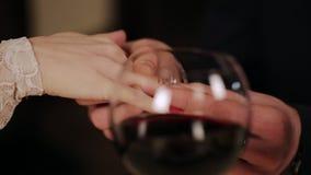 Ο τύπος βάζει τη φίλη του ένα δαχτυλίδι αρραβώνων απόθεμα βίντεο
