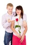 Ο τύπος δίνει ένα κορίτσι αυξήθηκε Στοκ φωτογραφία με δικαίωμα ελεύθερης χρήσης