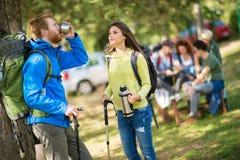 Ο τύπος είναι πολύ διψασμένος από την πεζοπορία στο δάσος Στοκ Φωτογραφίες