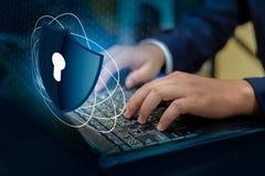 Ο Τύπος εισάγει το κουμπί στην πληκτρολογίων υπολογιστών ασπίδων cyber βασική κλειδαριών παγκόσμια ψηφιακή σύνδεση cyber SEC τεχν στοκ εικόνα