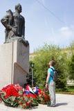 Ο τύπος εξετάζει ένα μνημείο Στοκ Φωτογραφίες