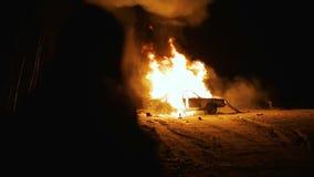 Ο τύπος εξετάζει την έκρηξη του αυτοκινήτου τη νύχτα, έκρηξη αυτοκινήτων απόθεμα βίντεο