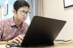 Ο τύπος επιχείρησης που επιτρέπει στους υπαλλήλους για να εργαστεί στο σπίτι αντί της εργασίας στην επιχείρηση στοκ εικόνα