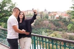 Ο τύπος εραστών με ένα κορίτσι παίρνει ένα selfie στοκ φωτογραφία με δικαίωμα ελεύθερης χρήσης