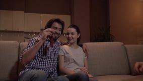 Ο τύπος κάθεται στον καναπέ με το κορίτσι Το χέρι του δίνει το σύνολο κλειδιών από το διαμέρισμα Ο τύπος το παίρνει Το κορίτσι εί απόθεμα βίντεο