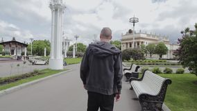 Ο τύπος κάθεται στον πάγκο αφότου σηκώνεται και γρήγορα φύλλα απόθεμα βίντεο
