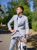 Ο τύπος κάθεται στο ποδήλατό του και δεν πηγαίνει οπουδήποτε στοκ εικόνες