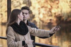 Ο τύπος κάνει μια πρόταση στο κορίτσι Ένα νέο αγαπώντας ζεύγος στέκεται στο πάρκο φθινοπώρου με τα κίτρινα δέντρα Ένα άτομο στοκ εικόνα με δικαίωμα ελεύθερης χρήσης