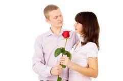 Ο τύπος κάνει μια πρόταση στο κορίτσι με αυξήθηκε Στοκ φωτογραφία με δικαίωμα ελεύθερης χρήσης