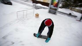 Ο τύπος κάνει το τέχνασμα από τα βήματα στο σαλάχι χιονιού απόθεμα βίντεο