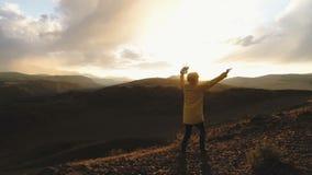 Ο τύπος κάνει selfie στη κάμερα και κυματισμός του χεριού του στη κάμερα στο υπόβαθρο ενός τοπίου βουνών φιλμ μικρού μήκους