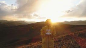 Ο τύπος κάνει selfie στη κάμερα και κυματισμός του χεριού του στη κάμερα στο υπόβαθρο ενός τοπίου βουνών απόθεμα βίντεο