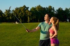 Ο τύπος και ένα κορίτσι κάνουν selfie στο γήπεδο του γκολφ Στοκ Εικόνα