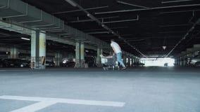 Ο τύπος και το κορίτσι έχουν τη διασκέδαση στο χώρο στάθμευσης Το άτομο κυλά το κορίτσι στο καροτσάκι από την υπεραγορά απόθεμα βίντεο