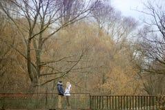 Ο τύπος και το κορίτσι περπατούν στο πάρκο φθινοπώρου στοκ εικόνες