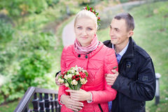 Ο τύπος και το κορίτσι στον περίπατο Στοκ Φωτογραφίες