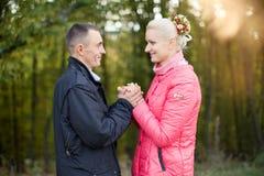 Ο τύπος και το κορίτσι στον περίπατο Στοκ φωτογραφία με δικαίωμα ελεύθερης χρήσης