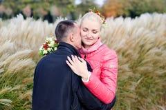 Ο τύπος και το κορίτσι στον περίπατο Στοκ εικόνα με δικαίωμα ελεύθερης χρήσης