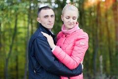 Ο τύπος και το κορίτσι στον περίπατο Στοκ Εικόνες