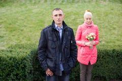 Ο τύπος και το κορίτσι στον περίπατο Στοκ Εικόνα