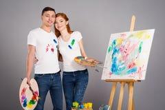 Ο τύπος και το κορίτσι σύρουν τα χρώματα στοκ φωτογραφίες με δικαίωμα ελεύθερης χρήσης