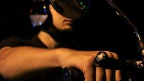 Ο τύπος κινηματογραφήσεων σε πρώτο πλάνο στο κράνος κρατά τις λαβές ελέγχου μοτοσικλετών απόθεμα βίντεο