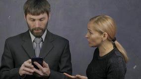 Ο τύπος κοιτάζει βιαστικά το τηλέφωνο, η γυναίκα αρπάζει το τηλέφωνό του και αρχίζει να ορκίζεται οικογενειακή φιλονικία, οικογεν απόθεμα βίντεο
