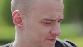 Ο τύπος κοιτάζει μπροστά Στο πρόσωπο της θλίψης και της τραγωδίας Συγκινήσεις στο πρόσωπο απόθεμα βίντεο