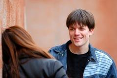 ο τύπος κοριτσιών μιλά Στοκ εικόνες με δικαίωμα ελεύθερης χρήσης