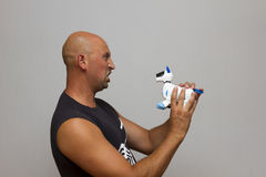 Ο τύπος κρατά ένα μηχανικό σκυλί Στοκ Φωτογραφία