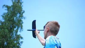 Ο τύπος κρατά στην πεδιάδα αεροσκαφών βραχιόνων, μιμείται την πτήση φιλμ μικρού μήκους