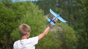 Ο τύπος κρατά στην πεδιάδα αεροσκαφών βραχιόνων, μιμείται την πτήση απόθεμα βίντεο