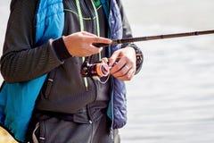 Ο τύπος κρατά την περιστροφή ενώ fishing_ στοκ εικόνες