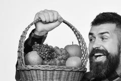 Ο τύπος κρατά τη homegrown συγκομιδή Farmer με το συγκινημένο πρόσωπο στοκ φωτογραφία με δικαίωμα ελεύθερης χρήσης