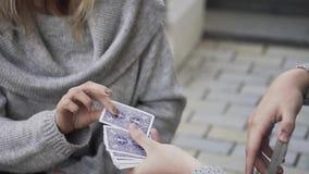 Ο τύπος μεταθέτει τις κάρτες και το κορίτσι επιλέγει μια κάρτα απόθεμα βίντεο