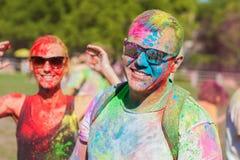 Ο τύπος με ένα κορίτσι γιορτάζει το φεστιβάλ holi, κάνει selfie Στοκ φωτογραφία με δικαίωμα ελεύθερης χρήσης
