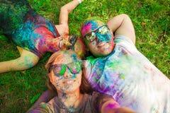 Ο τύπος με ένα κορίτσι γιορτάζει το φεστιβάλ holi, κάνει selfie Στοκ Φωτογραφίες